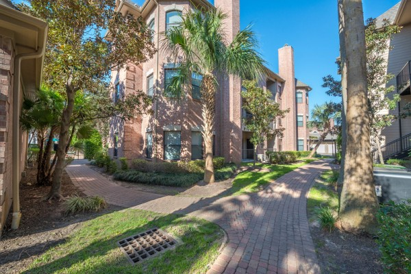 Walkways at Lincoln Melia Medical Center Apartments in Houston